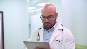 Ιατρός που χρησιμοποιεί την ταμπλέτα απόθεμα βίντεο