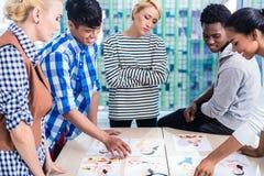 Διαφημιστική ομάδα αντιπροσωπειών που επιλέγει βασικό οπτικό Στοκ Φωτογραφία