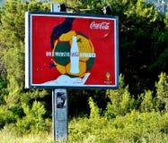 Διαφημιστικός τον πίνακα διαφημίσεων για τη Coca-Cola που γράφεται σε Μαυροβούνιο Στοκ Φωτογραφία