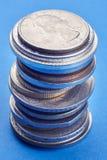 Διαφορετικά είδη νομισμάτων πέρα από ένα μπλε υπόβαθρο Μακρο λεπτομέρεια Στοκ Φωτογραφία