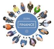 Διαφορετικοί άνθρωποι που φαίνονται επάνω και σφαιρική έννοια χρηματοδότησης Στοκ Εικόνες
