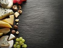 Διαφορετικοί τύποι τυριών με το γυαλί και τα φρούτα κρασιού Στοκ Φωτογραφίες