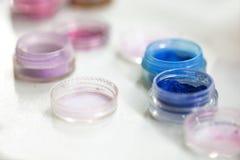 διαφορετικός επαγγελματίας σκιών ματιών καλλυντικών χρωμάτων Σκιές ματιών των διαφορετικών χρωμάτων τα βάζα με χρωματισμένος ακτι Στοκ εικόνες με δικαίωμα ελεύθερης χρήσης