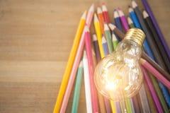 Ιδέα έννοιας των χρωματίζοντας μολυβιών εκπαίδευσης στο βάζο γυαλιού ή retur Στοκ Φωτογραφίες