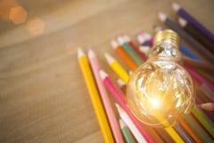 Ιδέα έννοιας των χρωματίζοντας μολυβιών εκπαίδευσης στο βάζο γυαλιού ή retur Στοκ εικόνα με δικαίωμα ελεύθερης χρήσης