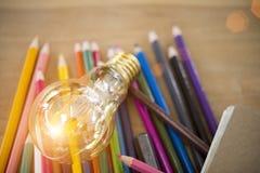 Ιδέα έννοιας των χρωματίζοντας μολυβιών εκπαίδευσης στο βάζο γυαλιού ή retur Στοκ φωτογραφίες με δικαίωμα ελεύθερης χρήσης