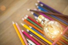 Ιδέα έννοιας των χρωματίζοντας μολυβιών εκπαίδευσης στο βάζο γυαλιού ή retur Στοκ Εικόνες