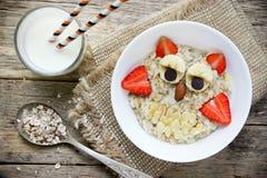 Ιδέα προγευμάτων αποκριών για τα παιδιά - oatmeal κουκουβαγιών κύπελλο Στοκ εικόνα με δικαίωμα ελεύθερης χρήσης
