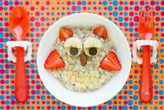 Ιδέα προγευμάτων αποκριών για oatmeal κουκουβαγιών παιδιών Στοκ Εικόνες