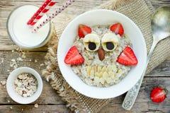Ιδέα προγευμάτων αποκριών για oatmeal κουκουβαγιών παιδιών Στοκ Φωτογραφίες