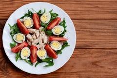 Ιδέα σαλάτας κοτόπουλου φρέσκων λαχανικών για το μεσημεριανό γεύμα ή το γεύμα Σαλάτα με τις φρέσκα ντομάτες, το arugula, τα αυγά  Στοκ εικόνες με δικαίωμα ελεύθερης χρήσης