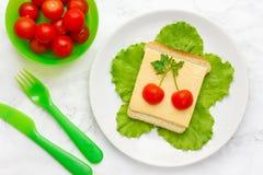 Ιδέα τέχνης τροφίμων για το σάντουιτς ντοματών κερασιών τυριών παιδιών στοκ φωτογραφία