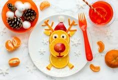 Ιδέα τέχνης τροφίμων Χριστουγέννων διασκέδασης - εδώδιμος τάρανδος από τις πορτοκαλιές φέτες στοκ εικόνα με δικαίωμα ελεύθερης χρήσης