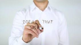 Ιδέες που λειτουργούν, γράψιμο επιχειρηματιών στο γυαλί Στοκ Φωτογραφίες