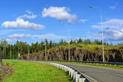 Ιδανικός αυτοκινητόδρομος χωρών στο δύσκολο δάσος το καλοκαίρι στοκ φωτογραφία με δικαίωμα ελεύθερης χρήσης