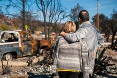 Ιδιοκτήτες, που ελέγχουν το μμένο και σπίτι και το ναυπηγείο μετά από την πυρκαγιά στοκ φωτογραφίες με δικαίωμα ελεύθερης χρήσης