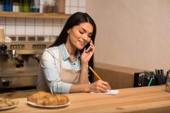 Ιδιοκτήτης καφέδων που παίρνει τις σημειώσεις στοκ φωτογραφία με δικαίωμα ελεύθερης χρήσης