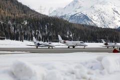 Ιδιωτικά αεριωθούμενα αεροπλάνα, αεροπλάνα και αεροσκάφη στο χιονισμένο τοπίο και βουνά στα όρη Ελβετία Στοκ Φωτογραφία