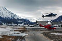 Ιδιωτικά αεριωθούμενα αεροπλάνα, αεροπλάνα και ελικόπτερα στα όμορφα χιονισμένα βουνά των ορών στο ST Moritz Ελβετία Στοκ Φωτογραφία