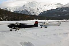 Ιδιωτικά αεριωθούμενα αεροπλάνα, αεροπλάνα και ελικόπτερα στον αερολιμένα του ST Moritz Ελβετία στα όρη Στοκ Φωτογραφίες