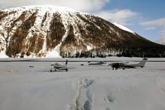 Ιδιωτικά αεριωθούμενα αεροπλάνα, αεροπλάνα και ελικόπτερα στον αερολιμένα του ST Moritz Ελβετία στα όρη Στοκ Εικόνες