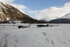 Ιδιωτικά αεριωθούμενα αεροπλάνα, αεροπλάνα και ελικόπτερα στον αερολιμένα του ST Moritz Ελβετία στα όρη Στοκ φωτογραφίες με δικαίωμα ελεύθερης χρήσης
