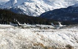 Ιδιωτικά αεριωθούμενα αεροπλάνα και αεροπλάνα στον αερολιμένα του ST Moritz Ελβετία στα όρη Στοκ εικόνα με δικαίωμα ελεύθερης χρήσης