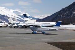 Ιδιωτικά αεριωθούμενα αεροπλάνα και αεροπλάνα στον αερολιμένα του ST Moritz Ελβετία στα όρη Στοκ Εικόνες