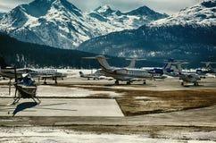 Ιδιωτικά αεριωθούμενα αεροπλάνα και αεροπλάνα στον αερολιμένα του ST Moritz Ελβετία στα όρη Στοκ Εικόνα