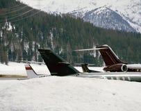 Ιδιωτικά αεριωθούμενα αεροπλάνα, αεροπλάνα και στο χιονισμένο τοπίο της Ελβετίας Στοκ Φωτογραφία