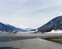Ιδιωτικά αεριωθούμενα αεροπλάνα στο χιονισμένο τοπίο του ST Moritz Ελβετία Στοκ Φωτογραφία