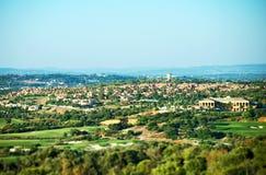 Ιδιωτικά σπίτι και γήπεδο του γκολφ στοκ εικόνα με δικαίωμα ελεύθερης χρήσης