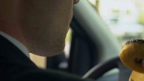 Ιδιωτική συνεδρίαση ιδιωτικών αστυνομικών στο αυτοκίνητο, καφές κατανάλωσης και κατανάλωση doughnut με την όρεξη απόθεμα βίντεο