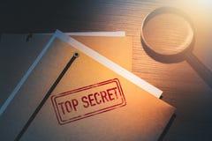 Ιδιωτικό γραφείο ιδιωτικών αστυνομικών με τους φακέλους που χαρακτηρίζονται ως κορυφή - μυστικό στοκ εικόνες με δικαίωμα ελεύθερης χρήσης