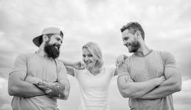 Ιδιότητες εμπιστοσύνης και υποστήριξης της αληθινής ομάδας Ενωμένος από την ιδέα Η γυναίκα και οι άνδρες φαίνονται βέβαιοι ενώ η  στοκ φωτογραφία