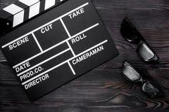 Ιδιότητες του σκηνοθέτη Κινηματογράφος clapperboard και γυαλιά ηλίου ο στοκ εικόνα