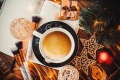 Ιδιότητες Χριστουγέννων και νέα παιχνίδια έτους σε ένα ξύλινο υπόβαθρο στοκ εικόνες