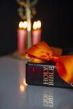 Ιερά Βίβλος και κεριά Στοκ φωτογραφίες με δικαίωμα ελεύθερης χρήσης