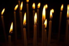 Ιερά καίγοντας κεριά στην εκκλησία Υπόβαθρο κεριών εκκλησιών Στοκ Εικόνες