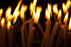 Ιερά καίγοντας κεριά στην εκκλησία Υπόβαθρο κεριών εκκλησιών Στοκ φωτογραφία με δικαίωμα ελεύθερης χρήσης