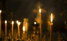 Ιερά καίγοντας κεριά στην εκκλησία Υπόβαθρο κεριών εκκλησιών Στοκ Εικόνα