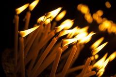 Ιερά καίγοντας κεριά στην εκκλησία Υπόβαθρο κεριών εκκλησιών Στοκ Φωτογραφία