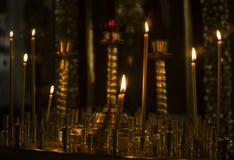Ιερά καίγοντας κεριά στην εκκλησία Υπόβαθρο κεριών εκκλησιών Στοκ εικόνα με δικαίωμα ελεύθερης χρήσης