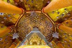 Ιερά λείψανα που στεγάζονται στην οκτάγωνη παγόδα που ονομάζεται ` Ketkaew Prasat Chedi ` στο ναό σπηλιών Wat Tham SuaTiger, περι Στοκ Φωτογραφία