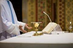 Ιερέας κατά τη διάρκεια μιας γαμήλιας τελετής Στοκ Φωτογραφία