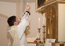 Ιερέας με το eucharist Στοκ φωτογραφία με δικαίωμα ελεύθερης χρήσης