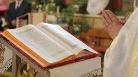 Ιερέας που διαβάζει τη Βίβλο στην εκκλησία φιλμ μικρού μήκους