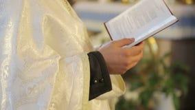 Ιερέας που διαβάζει τη Βίβλο στην εκκλησία απόθεμα βίντεο