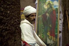 Ιερέας που κάθεται σε μια μονολιθική εκκλησία Στοκ Εικόνες