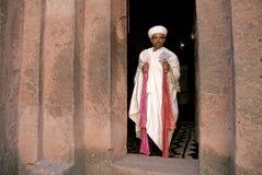 Ιερέας στις αρχαίες κομμένες βράχος εκκλησίες του lalibela Αιθιοπία Στοκ Εικόνα